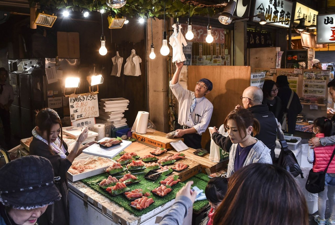 Tsukiji fish market to be moved between Sept. and Oct. 2018
