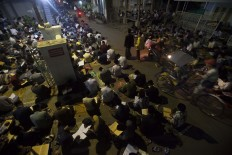 Hundreds of santri in Lirboyo Islamic boarding school, East Java, recite the Quran after tarawih (evening prayers) on the street. During Ramadhan, the number of students increases drastically. JP/Sigit Pamungkas