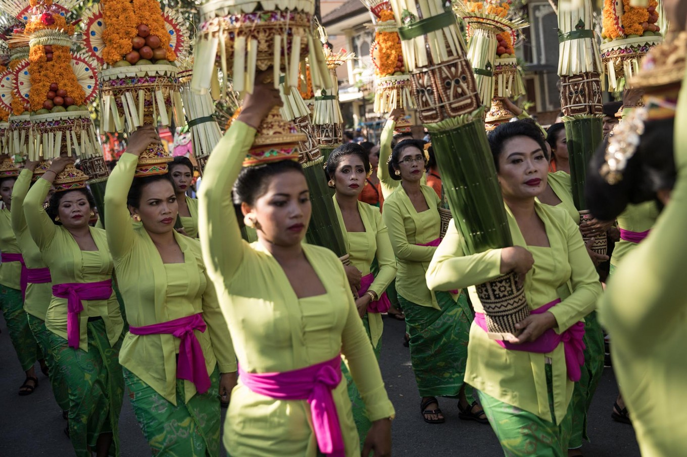 Balinese women carry gebongan (offerings) during the opening of the 39th Bali Art Festival at the Bajra Sandhi Monument in Denpasar. JP/Agung Parameswara