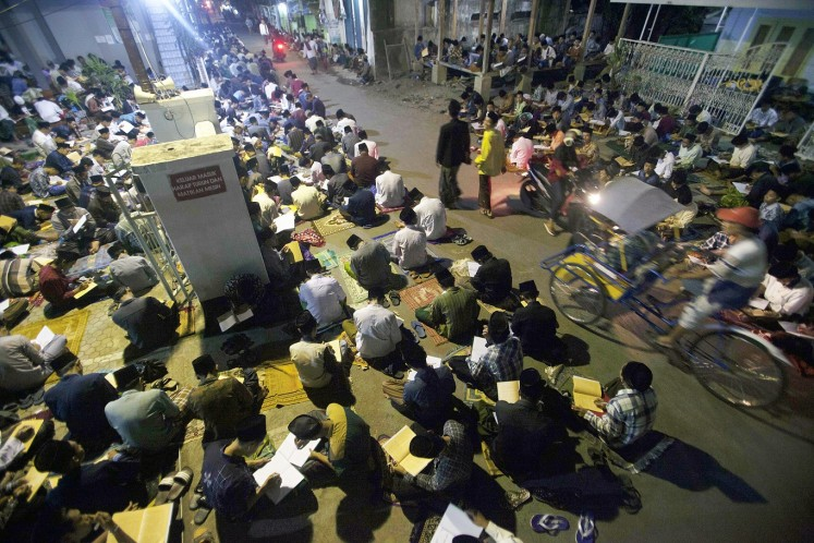 Sought after: Hundreds of students join a study session after the tarawih (evening Ramadhan prayers). Some participants only find a space to sit on the street and in the yards of houses around the Islamic boarding school.
