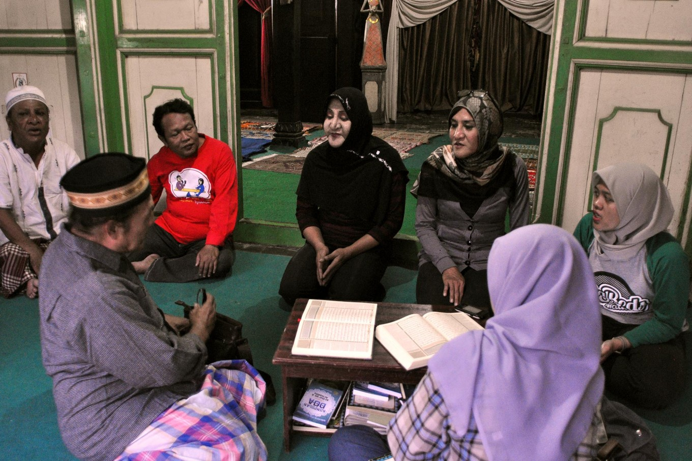 Students discuss religion with volunteers. During the Ramadhan fasting month, Al Fatah performs Quran recitals and holds discussions every Wednesday and Sunday. JP/Magnus Hendratmo