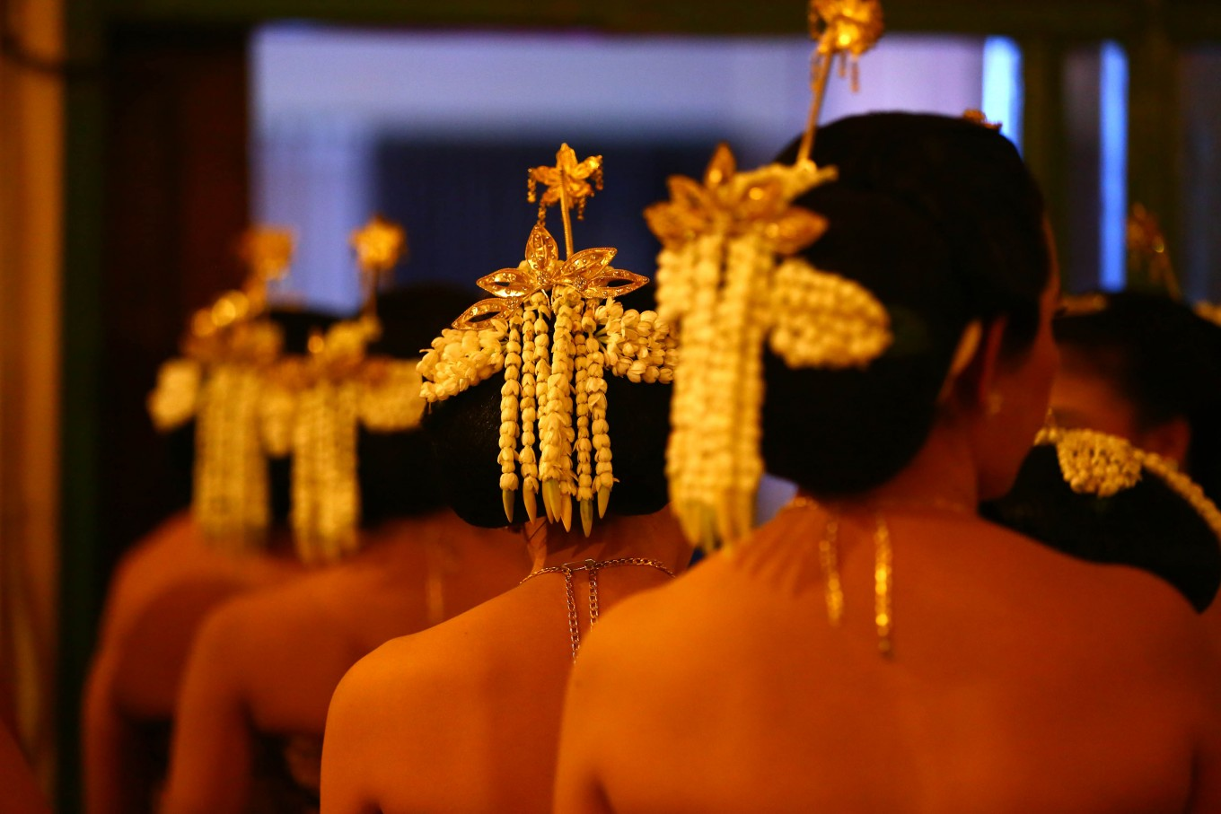 Spreading fragnance: Jasmine flowers decorate the heads of Bedhaya Menik dancers during the performance at Balai Sarwono in South Jakarta on May 31. JP/ Wienda Parwitasari