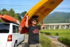 Rustono carries his canoe to the Biwako Lake near his house. JP/Tarko Sudiarno