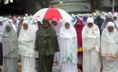 Muslim women perform the Idul Fitri mass prayer in the courtyard of Sudirman mosque in Denpasar, Bali, on Sunday, June 25, 2017. JP/ Zul Trio Anggono