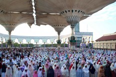 Thousands of Muslims observe the Ied prayer at the Central Java Grand Mosque in Semarang on Sunday, June 25, 2017. The Grand Mosque's architecture is similar to that of the famed Nabawi Mosque – known as the Prophet's Mosque – in Medina, Saudi Arabia. JP/Suherdjoko