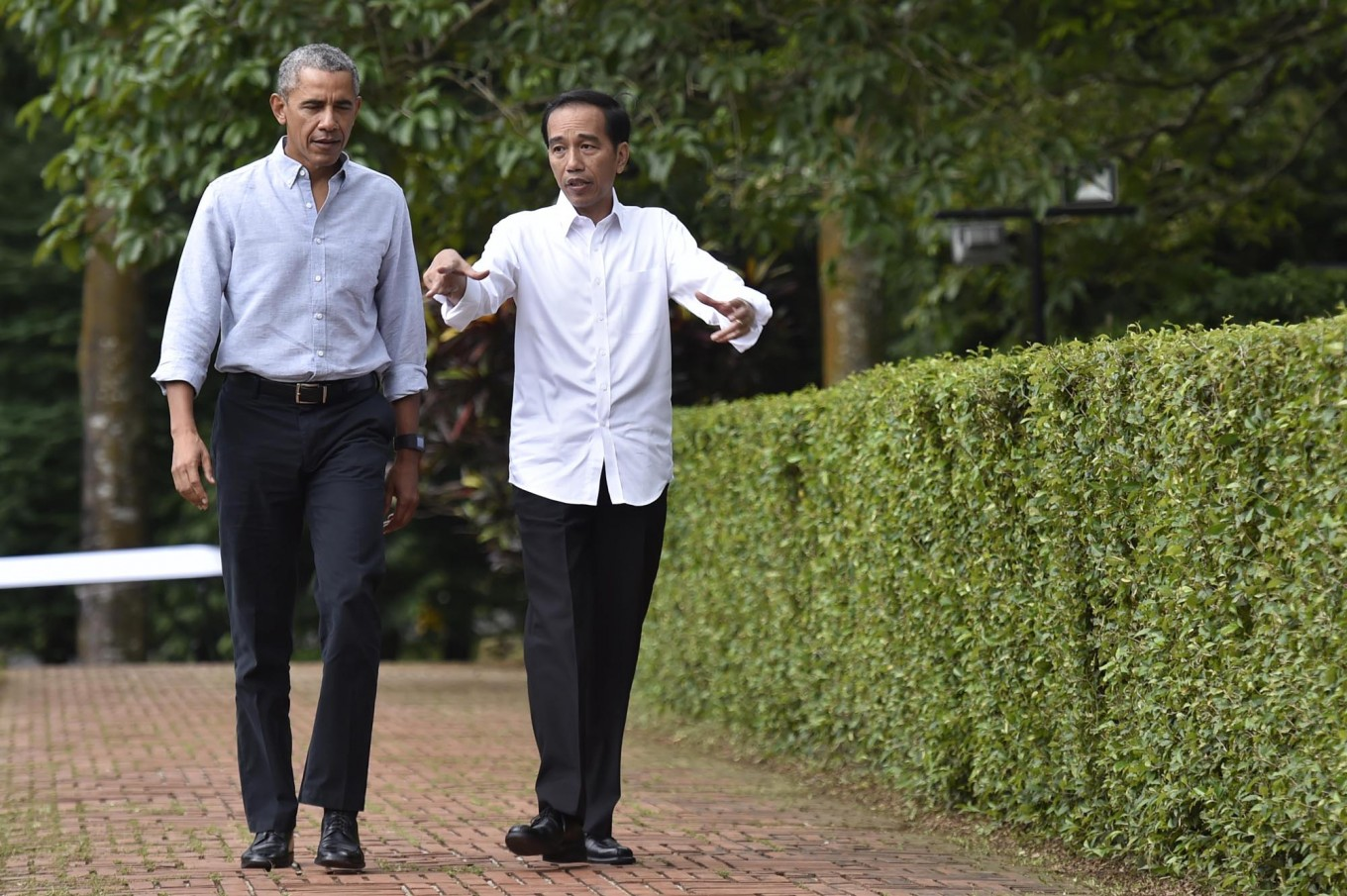 Obama, Jokowi chat over warm tea and Indonesian-style meatballs
