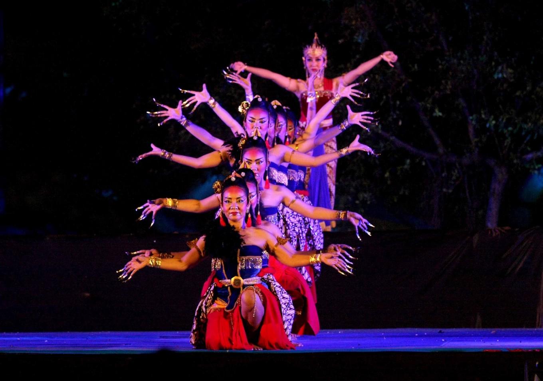 The opening scene of the Ramayana Opera entitled 'Bakdan Neng Solo' (Lebaran in Solo).
