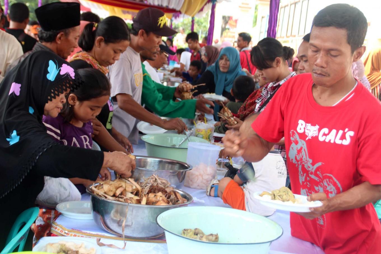 Digging in: Residents enjoy ketupat in Kaliwungu district in Kendal, Central Java, during the Syawalan celebration. JP/ Suherdjoko
