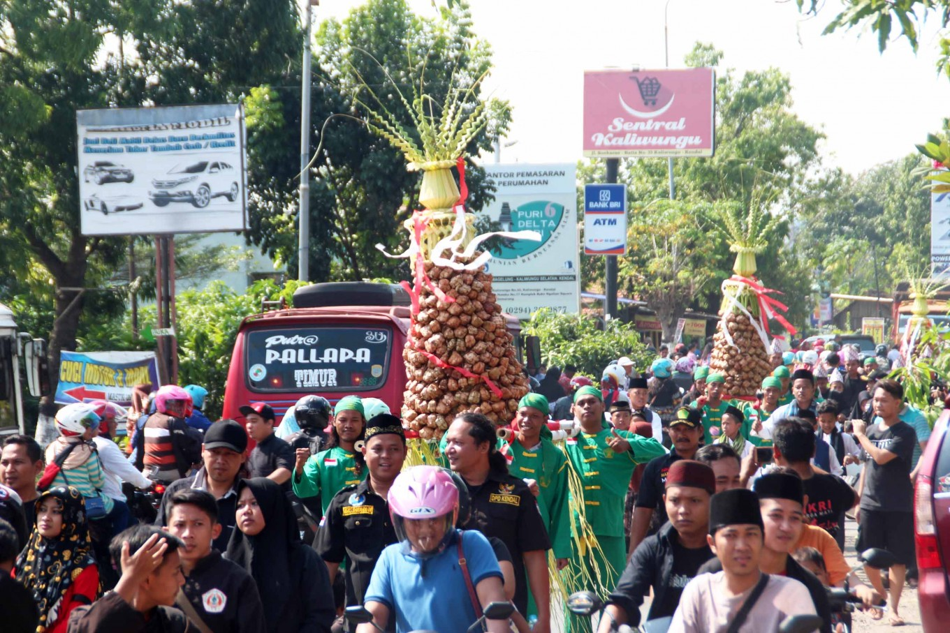 Merry festivity: Hundreds of Kendal residents in Central Java participate in a parade that features three gunungan rice cone offerings to celebrate Syawalan in Kaliwungu. JP/ Suherdjoko