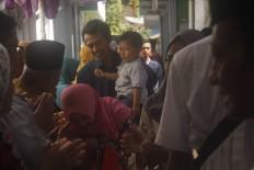 Strengthening the bonds: A big family holds a halal bihalal post-Ramadhan gathering near Kauman Mosque in Magelang, Central Java. JP/Syamsul Huda M Suhari