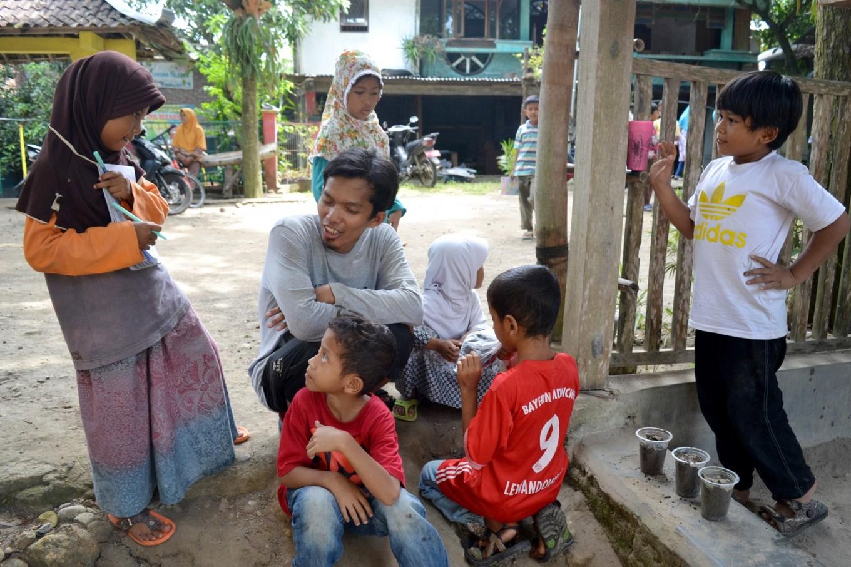 Students are encouraged to discuss various topics with facilitators at Sekolah Alam Bengawan Solo.