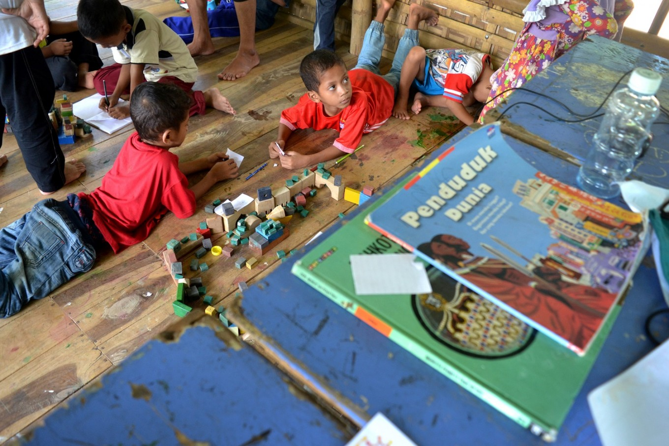 In Sekolah Alam Bengawan Solo, students learn subjects through different activities.