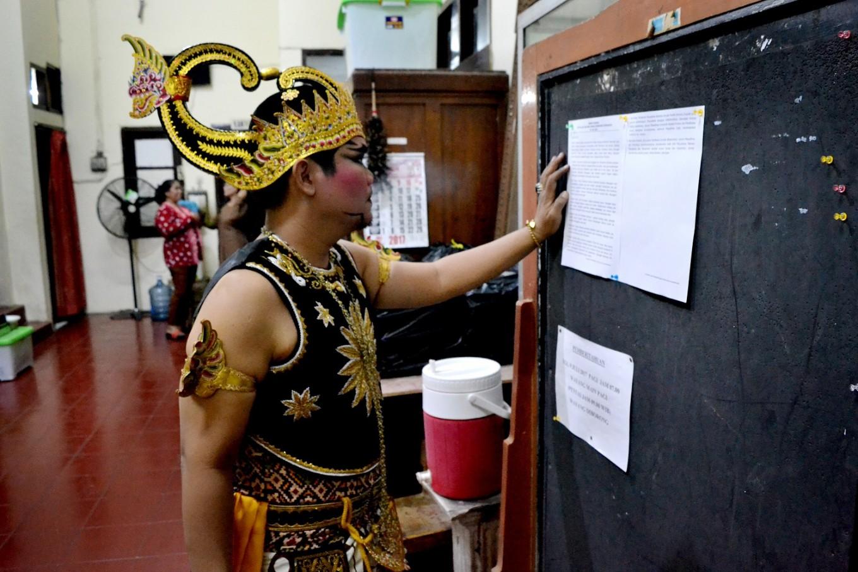 A Wayang Orang Sriwedari performer studies the plot prior to the show.