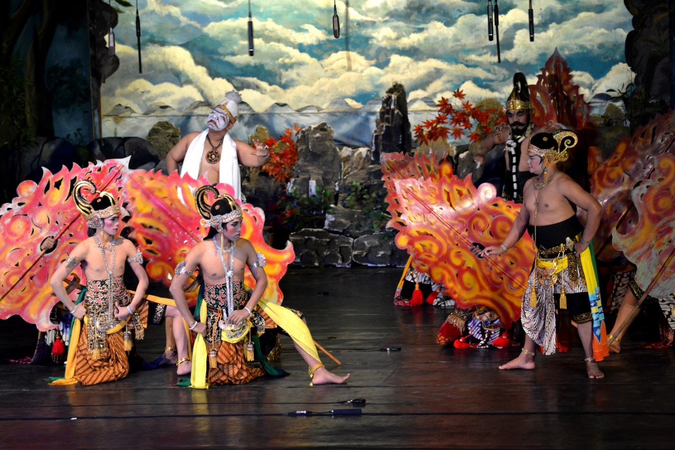The first show involved young performers from Wayang Orang Sriwedari.