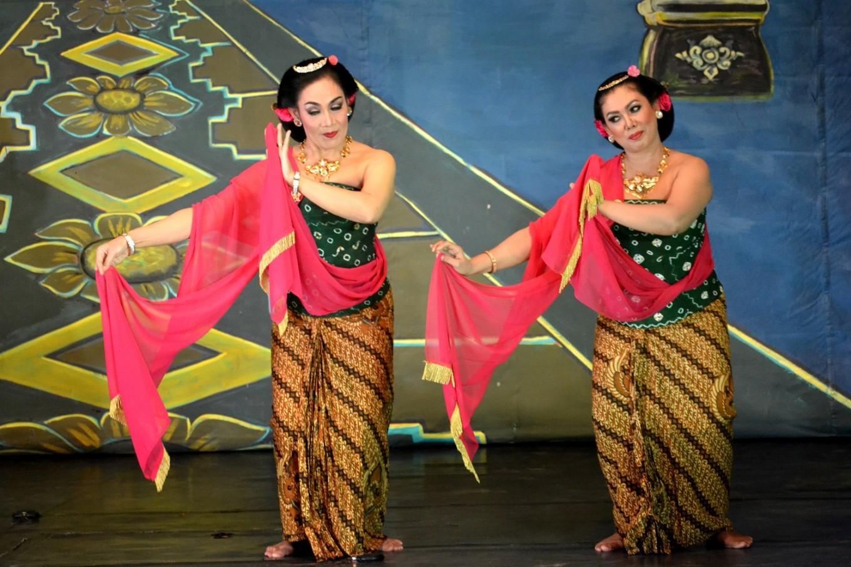 Wayang Orang Sriwedari's anniversary show was kicked off with a Gambyong Dance.