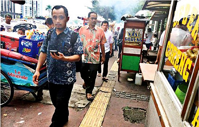 Jakarta begins ridding sidewalks of vendors, motorists