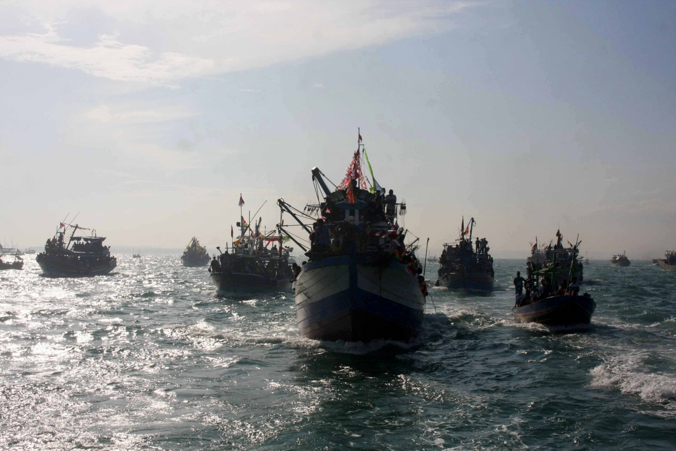 Locals on board dozens of boats join the Lomban Festival in Jepara Bay, Central Java, on July 2. JP/Maksum Nur Fauzan