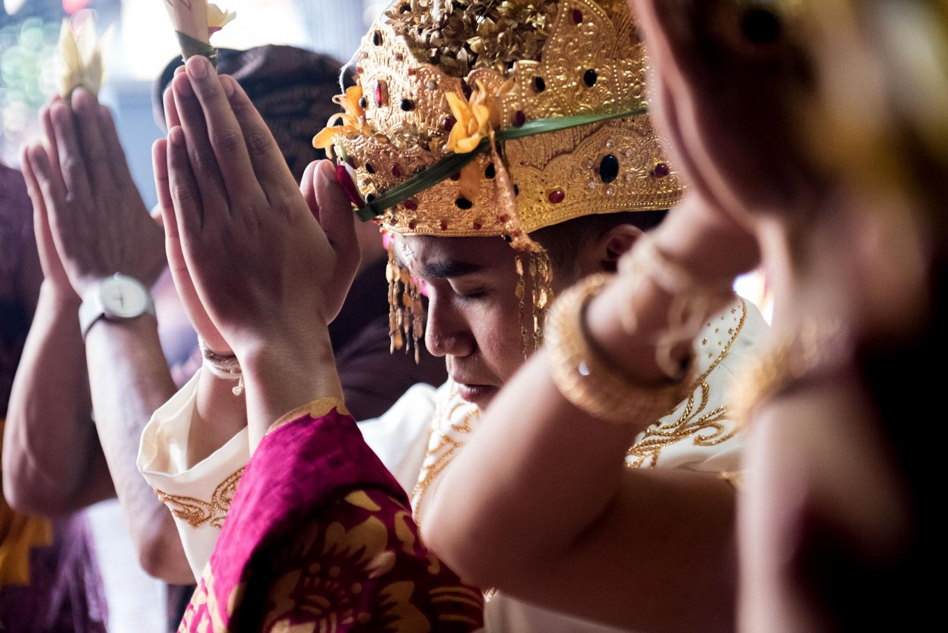 Kadek and Novi perform Hindu prayers during the ceremony at Banjar Taman Yangbatu, Denpasar, on Feb. 2. JP/Anggara Mahendra