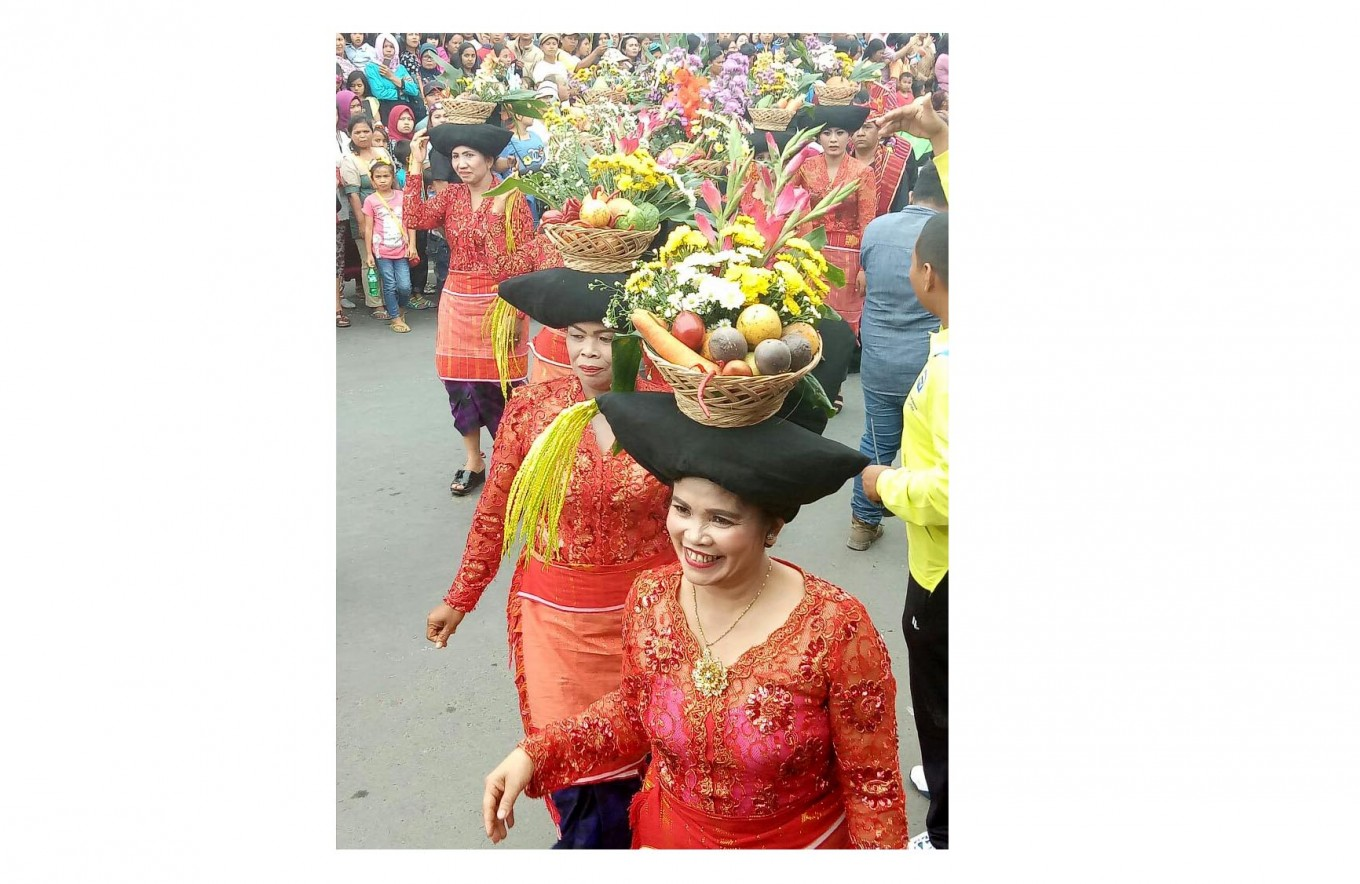 Bearing fruit: Local women carry fruits using specially designed traditional hats. JP/Apriadi Gunawan