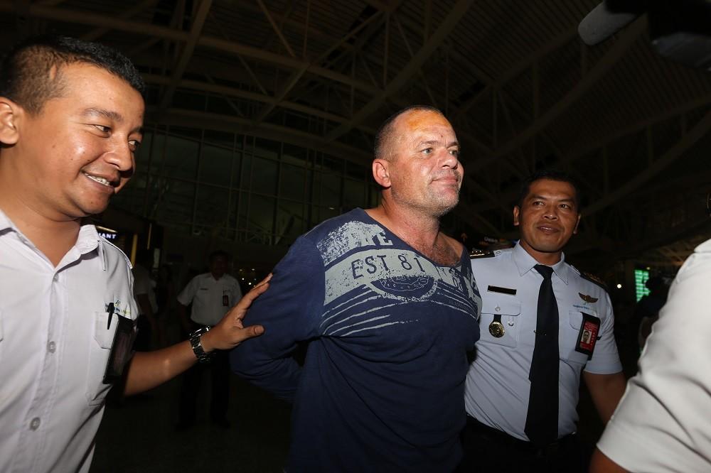 Australian threatens suicide at Bali airport