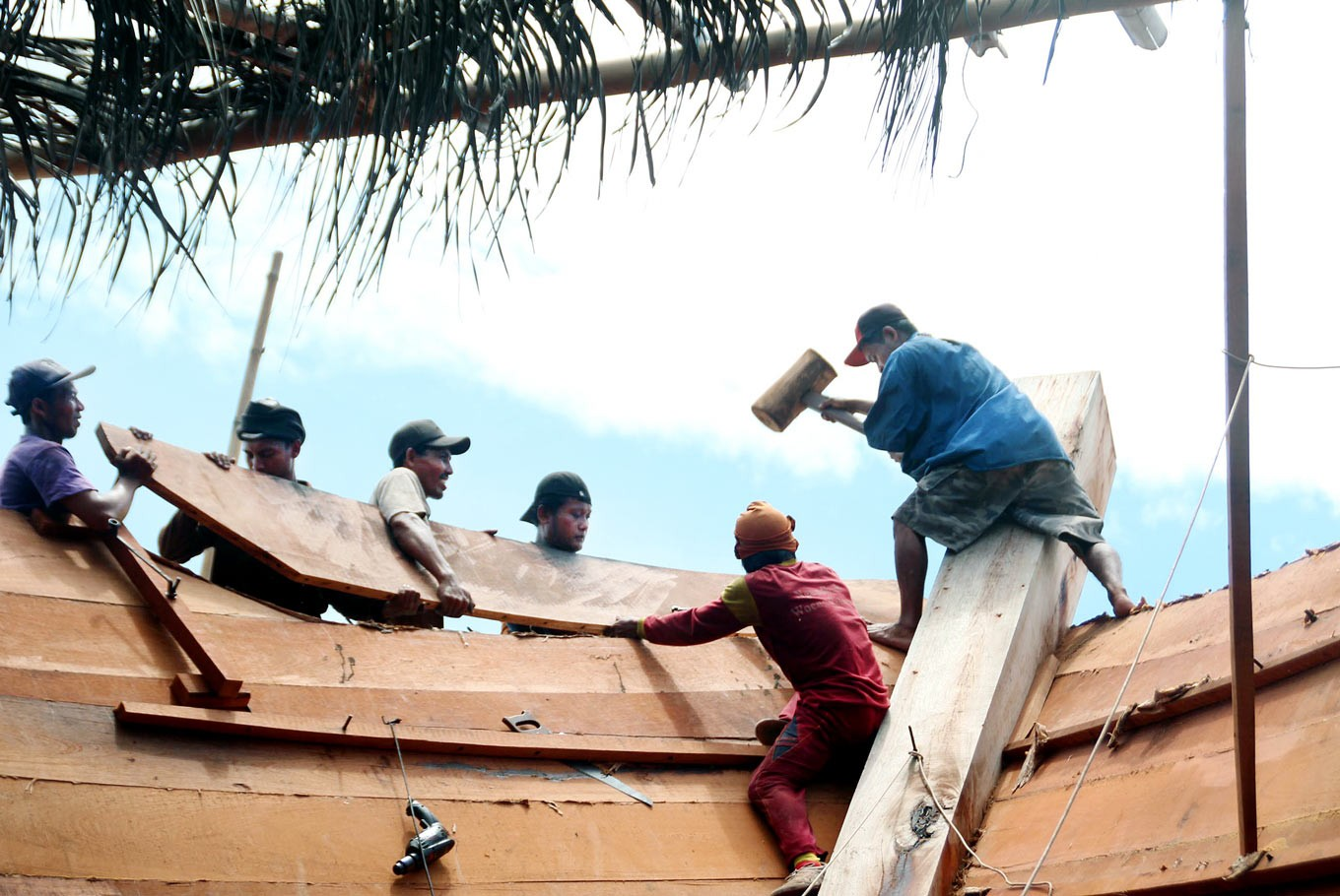 Teamwork: Between five and seven skilled carpenters fit the planks manually.