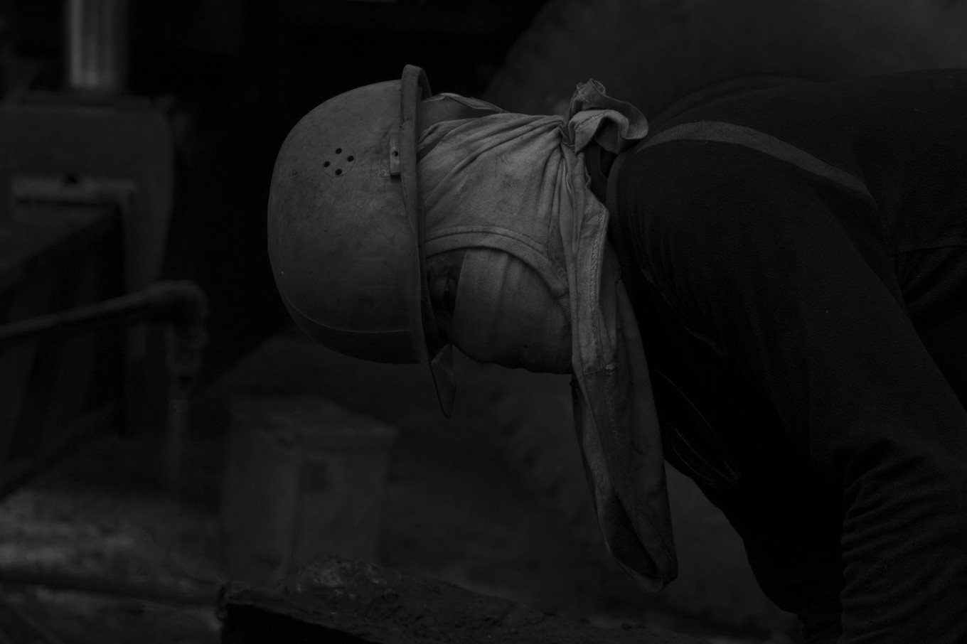 A worker observes his surroundings before cutting iron with a welding tool so as not to endanger his colleagues. JP/Sigit Pamungkas