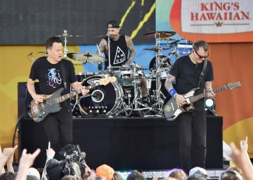 Blink-182 calls off shows after Linkin Park suicide