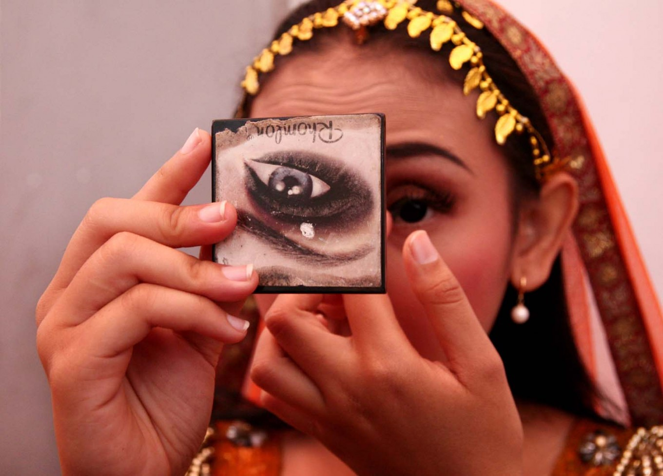 A Bollywood Mania members puts on her makeup before the festival begins. JP/Aman Rochman