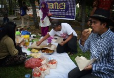 East Java Bollywood Mania Club Indonesia members enjoy their food and drinks during a gathering at the Purwodadi Zoo in Pasuruan, East Java, on Sunday, July 17. JP/Aman Rochman