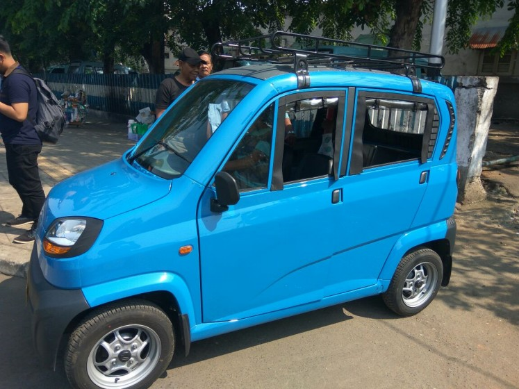 A new four-wheeled taxi, called the Bajaj Qute, is to replace the old three-wheeled bajaj and bemo in Jakarta.