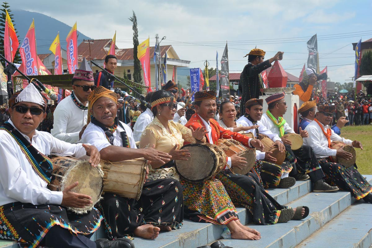 Several village leaders beat drums and gongs to accompany the Ndundu Ndake dance at the Motangrua field. JP/Markus Makur
