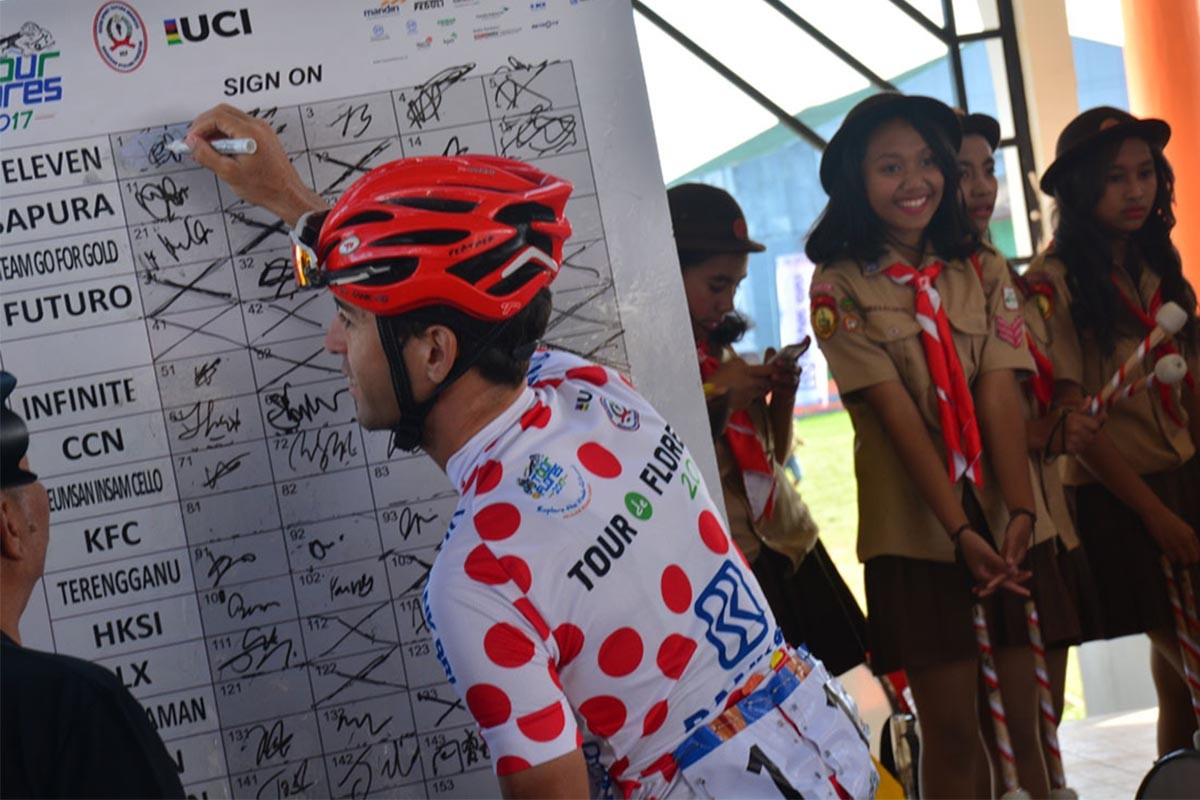 A racer signs a registration board for the last stage of the 2017 Tour de Flores. JP/Markus Makur