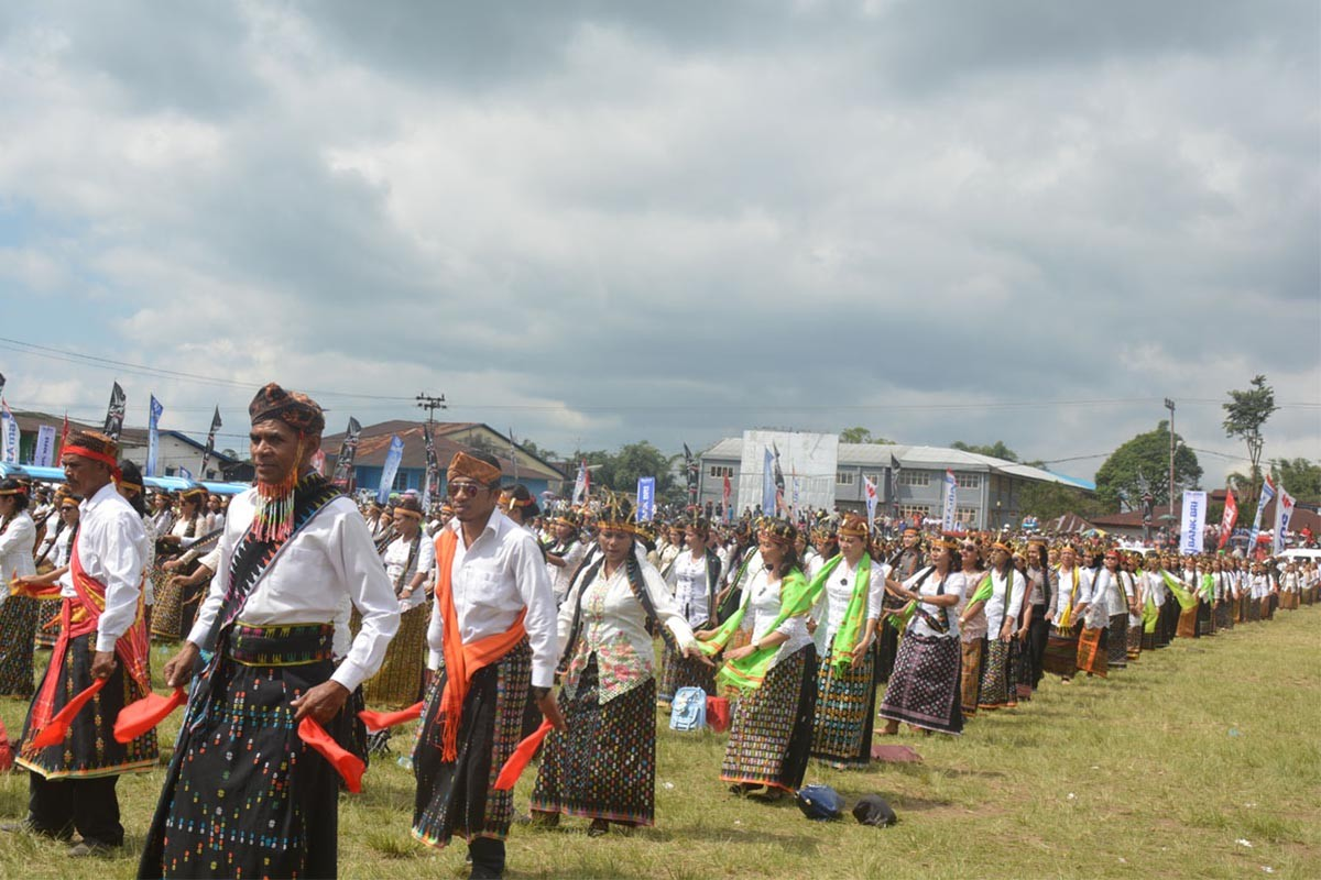 Village leaders in Manggarai perform the Ndudu Ndake dance at the Motangrua field. JP/Markus Makur