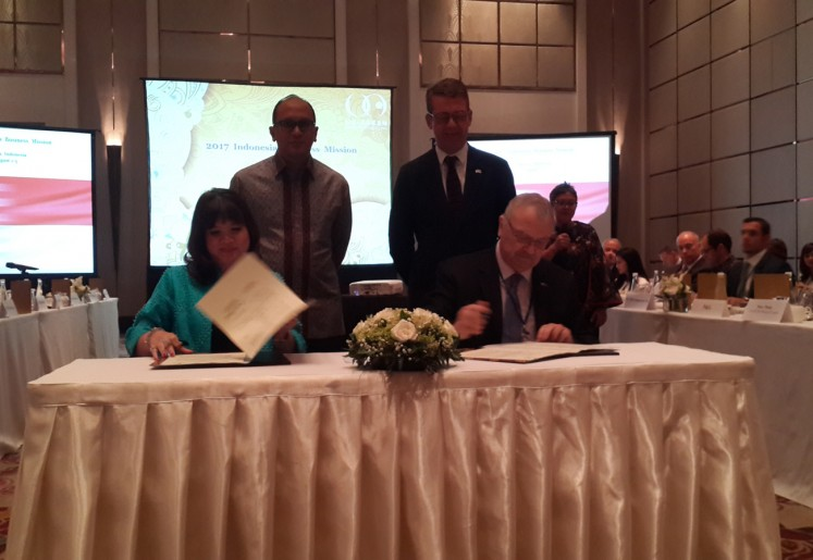 Indonesia Chamber of Commerce and Industry (Kadin) deputy chairman for international relations Shinta Widjaja Kamdani (left) and US ASEAN Business Council senior vice president Michael W. Michalak sign agreement to enhance collaboration to help better investment climate in Indonesia in this file photo.