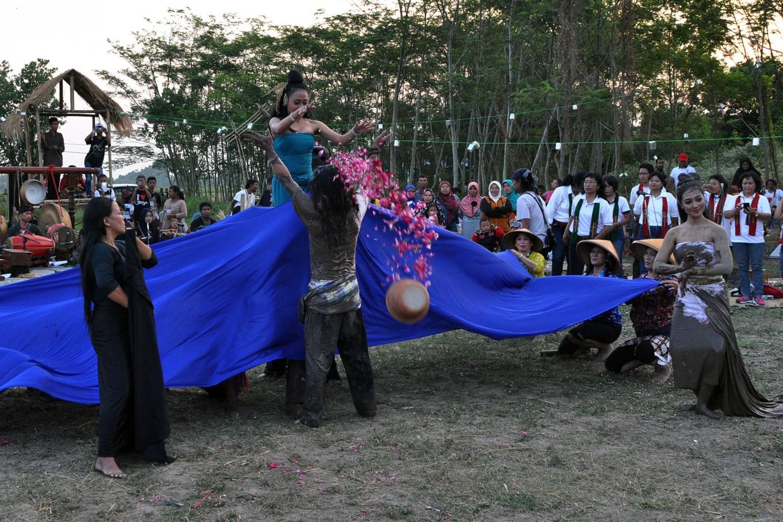 Dancers perform Mbok Sri Mulih, which symbolizes the return of Dewi Sri, the goddess of the harvest, especially of rice, in Delanggu village. JP/Magnus Hendratmo