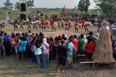 People of Delanggu in Klaten regency, Central Java, watch the performance during the Mbok Sri Mulih Festival. JP/Magnus Hendratmo