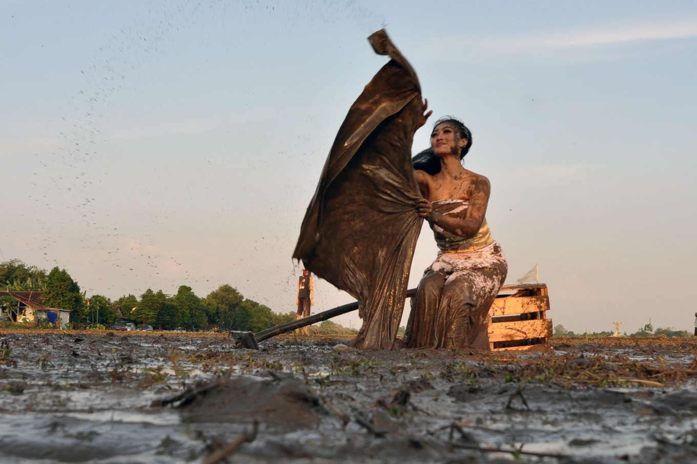 Lintang performs a dance symbolizing a paddy field that has been exposed to chemical fertilizers. JP/Magnus Hendratmo