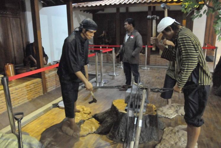 A diorama of the keris making process.