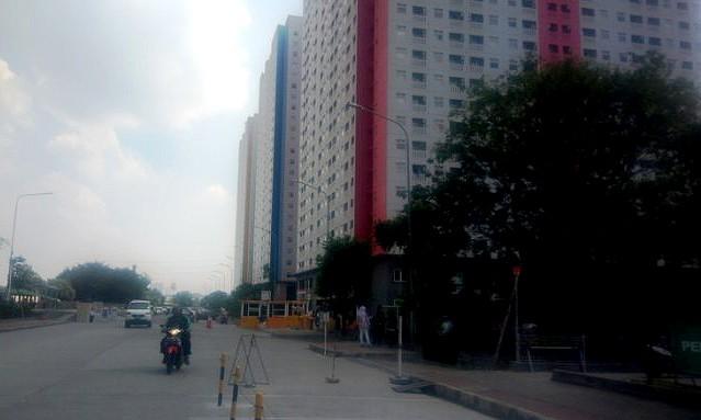 100 'ojek' drivers gather at Central Jakarta apartment complex after alleged assault