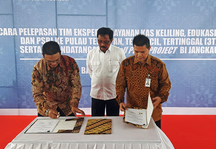 Riau Islands Governor Nurdin Basirun (center) witness the signing of a Memorandum of Understanding (MoU) between the head of the Riau Islands chapter of Bank Indonesia, Gusti Raizal Eka Putra (right), and the leader of Bank Riau Kepri, Edi Hasbi, in Batam, Riau Islands, on Tuesday.