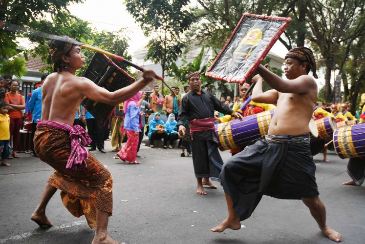 Sword and shield: Men from the West Nusa Tenggaran capital demonstrate the presean warrior dance of Mataram during the 12th Cultural Parade from Jl. Semeru to Gajayana Stadium in Malang, East Java.