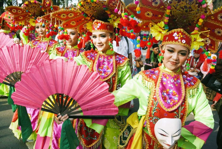 Contrasting colors: Participants from Depok, West Java, perform the Godek Ayu dance in brightly colored traditional costumes during the 12th Cultural Parade from Jl. Semeru to Gajayana Stadium in Malang, East Java.