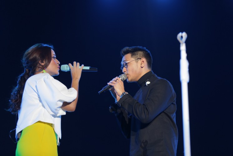 Indonesian singer Raisa (left) performs a duet with Afgan (right).