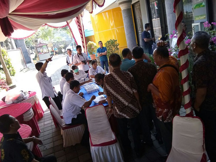 Opposing drug abuse: Judges and staff members of the Gianyar District Court make a queue to undergo drug tests on Aug.10