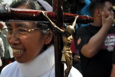 Sister Ludwina Hartati carries a bamboo cross for the Santa Maria Assumpta in the Klaten chapel. JP/ Magnus Hendratmo