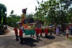 Men carry and parade a statue and offerings around Bejiharjo village, Gunung Kidul, Yogyakarta. JP/Stefanus Ajie