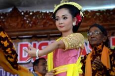 A dancer performs a Tayub dance during the Merti Desa ritual. JP/Stefanus Ajie