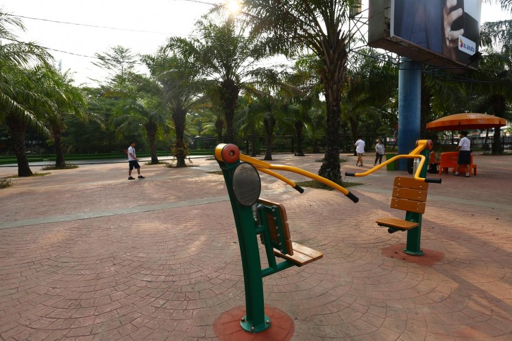 Taman Jogging Kelapa Gading is equipped with fitness equipment.