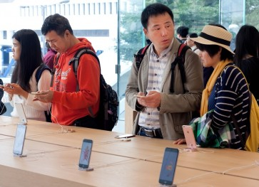 Apple gets tough on Hong Kong phone touts