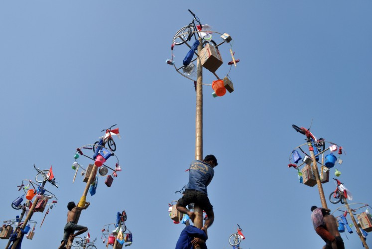 'Panjat pinang' (climbing the slippery pole) is one of the competitions that are held to celebrate Indonesia's Independence Day.